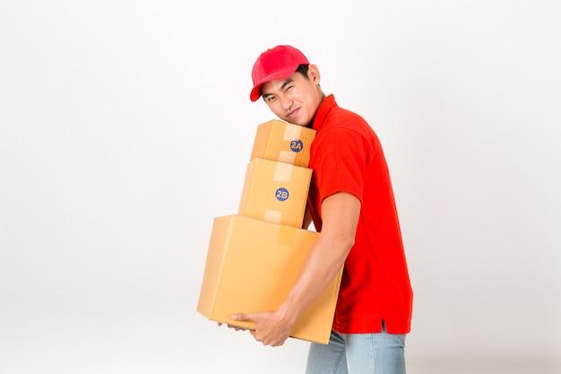 Entregador feliz com caixa. isolado em um fundo branco.