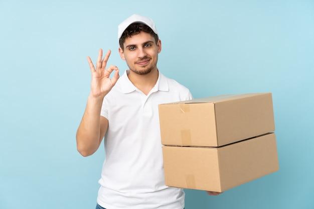 Entregador isolado mostrando um sinal de ok com os dedos