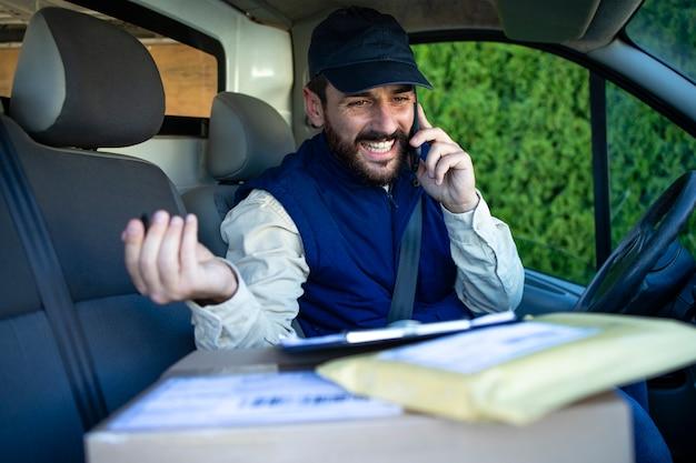 Entregador ligando para o cliente para entregar o pacote.