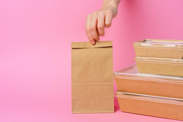 Entregador mãos dando embalagens e recipientes para alimentos