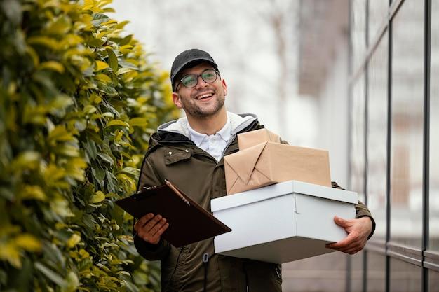 Entregador masculino com pacotes