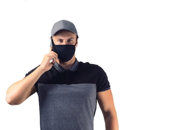 Entregador na temporada de coronavírus. homem da máscara negra isolada