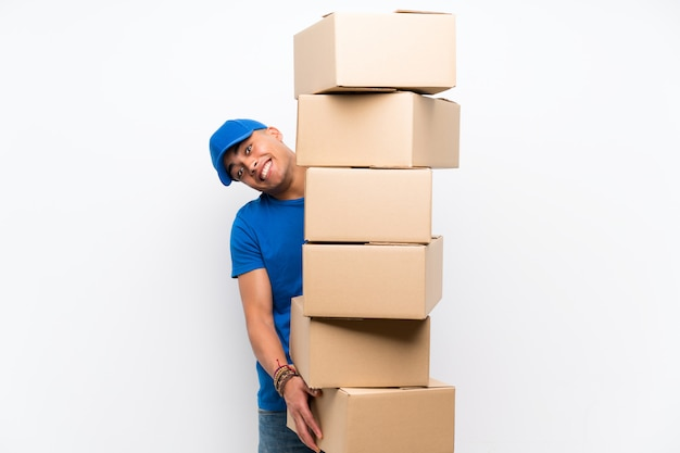 Entregador sobre parede branca isolada com muitas caixas