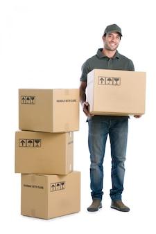 Entregador sorridente feliz carregando caixas isoladas no fundo branco