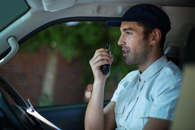 Entregador usando walkie-talkie