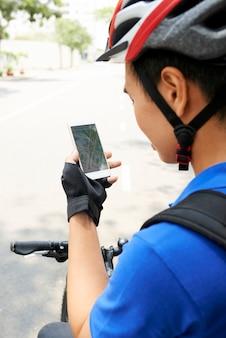 Entregador verificando app