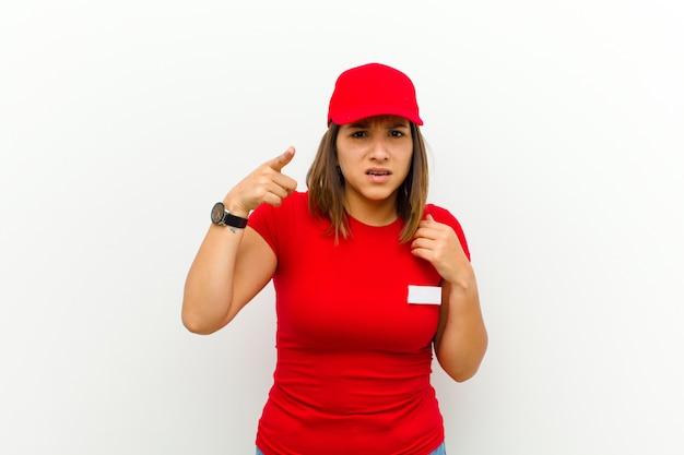 Entregadora, apontando para a câmera com uma expressão agressiva e irritada, parecendo um chefe furioso e louco contra um fundo branco