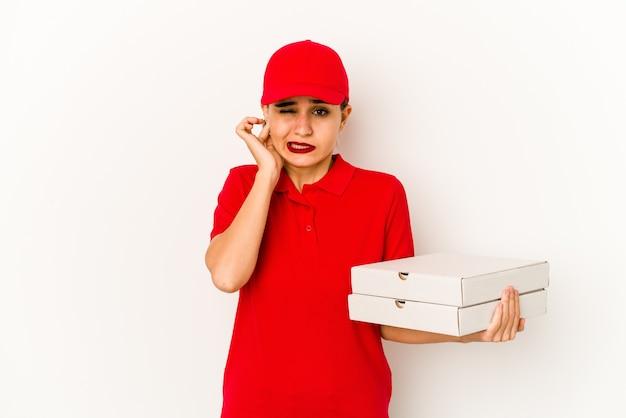 Entregadora de pizza árabe jovem e magra tocando a orelha