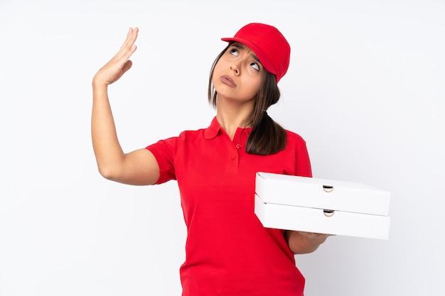 Entregadora de pizza jovem sobre branco com expressão cansada e doente