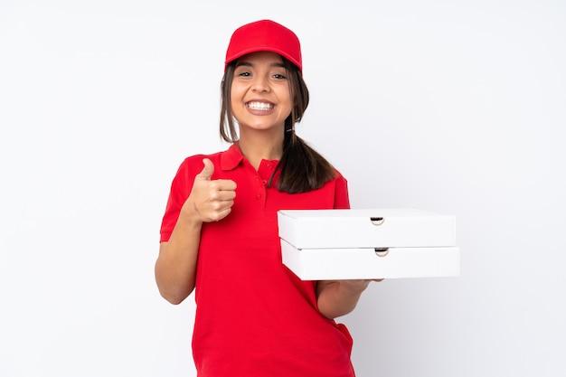 Entregadora de pizza jovem sobre parede branca isolada, dando um polegar para cima gesto