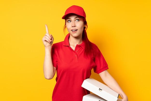 Entregadora de pizza segurando uma pizza