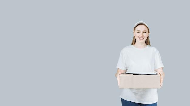 Entregadora de uniforme branco com caixa e prancheta