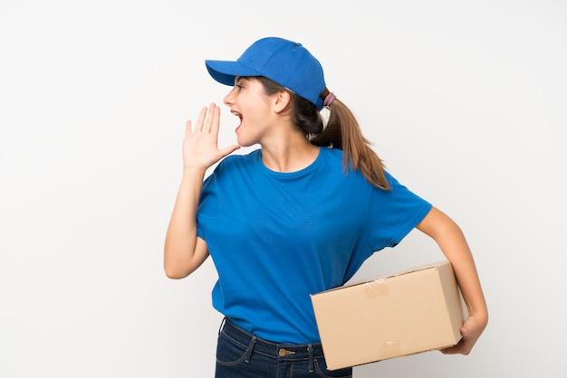 Entregadora jovem sobre branco isolado gritando com a boca aberta