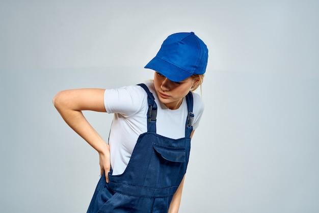 Entregadora posando de uniforme