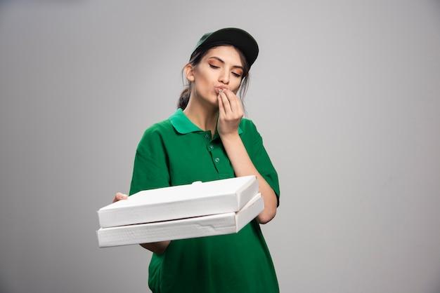 Entregadora segurando pizza