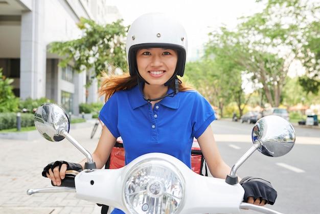 Entregando comida na scooter