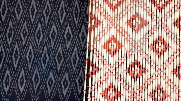 Entregue a seda tailandesa tecida com textura de tecelagem para fazer a bordo, fundo da seda do mudmee