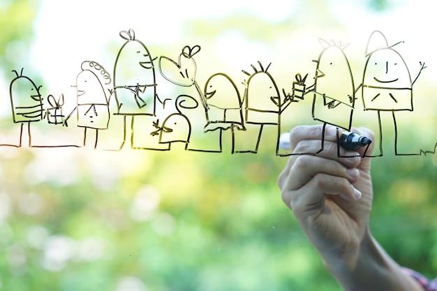 Entregue esboços do desenho da família feliz no fundo verde de vidro do bokeh.