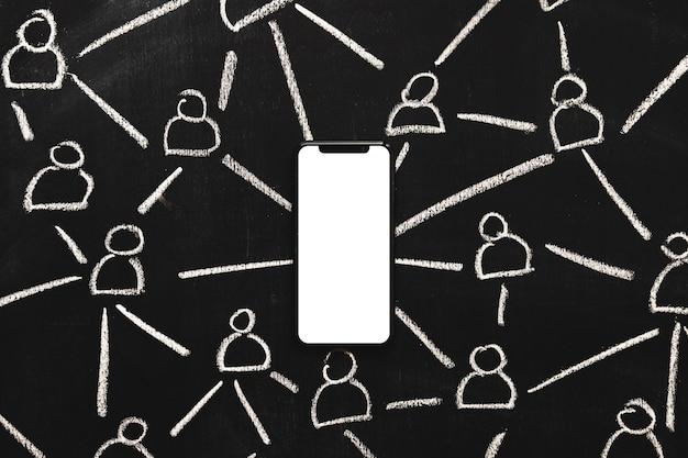 Entregue figuras desenhadas conectadas através do telemóvel branco em branco no quadro