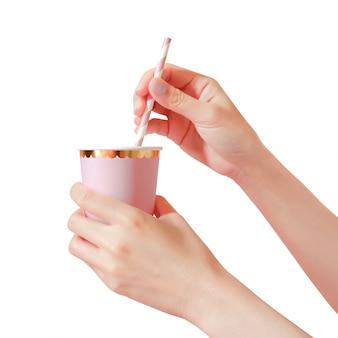 Entregue guardar o copo de papel com palhas no fundo.