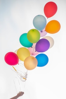 Entregue guardar o grupo colorido do balão no fundo branco.