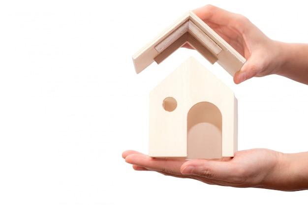 Entregue manter de madeira da casa isolado no fundo branco.
