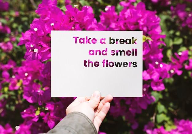 Entregue o papel da terra arrendada com uma ruptura e cheire a palavra das flores cortada