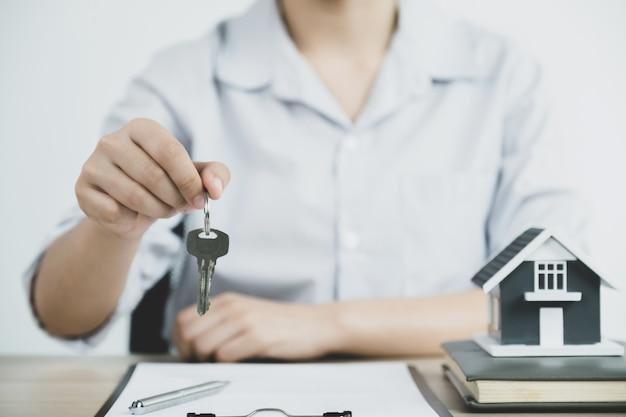 Entregue um corretor de imóveis, segure as chaves e explique o contrato comercial, o aluguel ou o seguro da casa.