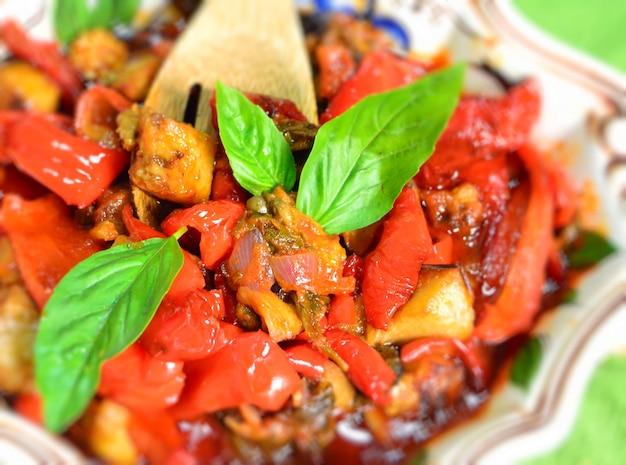 Entremeses sicilianos com legumes mediterrâneos