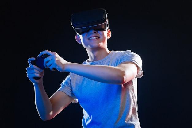 Entretenimento favorito. homem feliz e encantado sorrindo enquanto desfruta de seu videogame