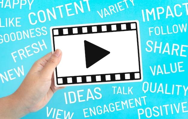 Entretenimento social e conceitos de marketing on-line com uma mulher segurando o quadro do filme