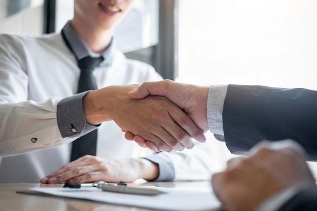 Entrevista de emprego bem-sucedido, empregador chefe de terno e novo funcionário, apertando as mãos após negociação e entrevista, carreira e colocação conceito
