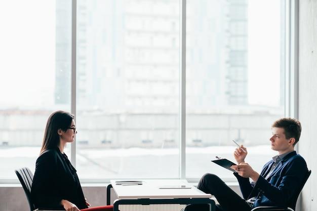Entrevista de emprego. carreira profissional. recursos humanos. gerente de rh masculino e candidato feminino no escritório moderno.