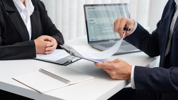 Entrevista de emprego com candidato a gerentes de recursos humanos de negócios no escritório.
