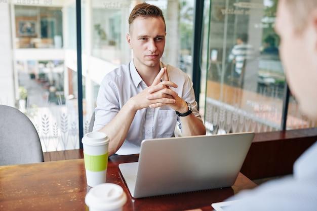Entrevista de emprego em um café
