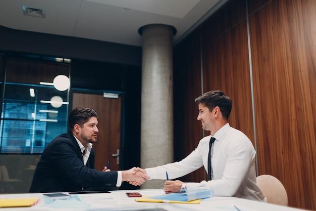 Entrevista de emprego, empresários de rh falando na reunião no escritório e apertando as mãos. conceito de recursos humanos