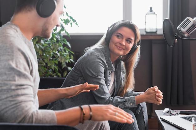 Entrevista de jornalismo de vista lateral no escritório