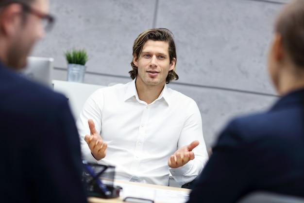Entrevista de negócios em escritório moderno