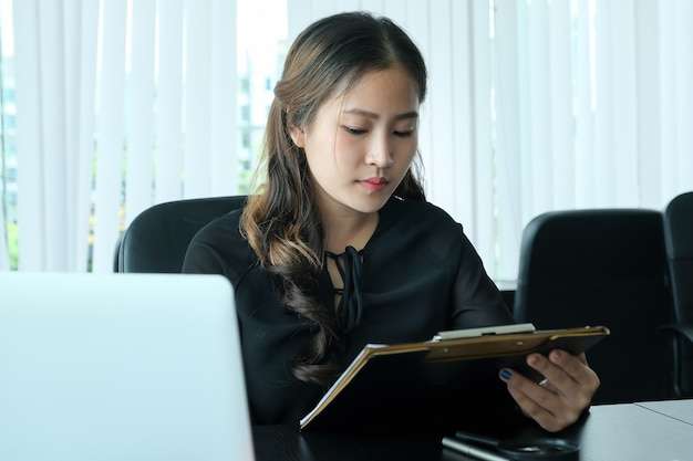 Entrevista de trabalho de discussão de rh com respostas de mulheres se candidatando a empregos.