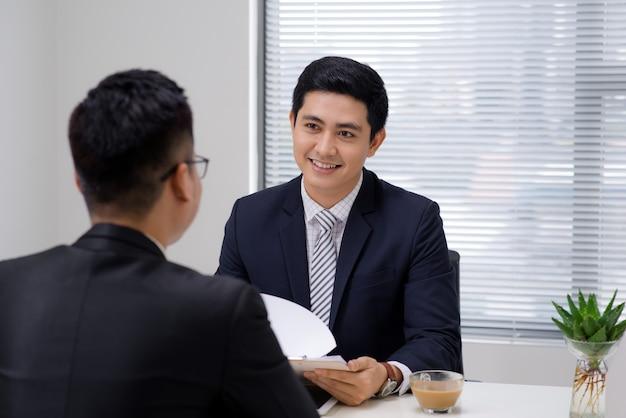 Entrevista de trabalho de dois profissionais de negócios. cumprimentando novo colega