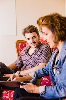 Entrevista de treinamento corporativo com um jovem empresário hispânico
