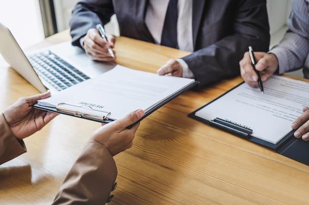 Entrevistador ou conselho lendo um currículo durante uma entrevista de emprego, candidato a recrutamento falando