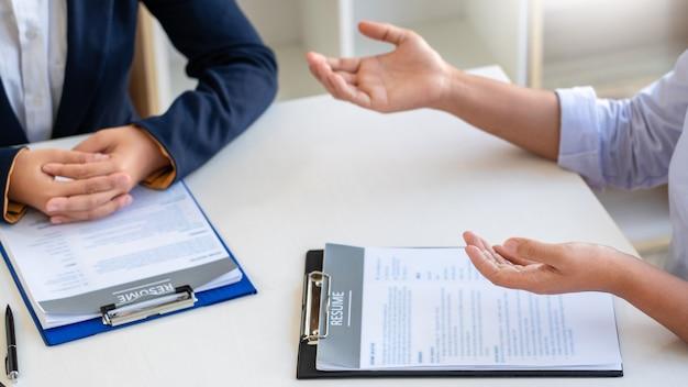 Entreviste o emprego e a contratação, candidata mulher em entrevista de emprego explicando sobre seu perfil