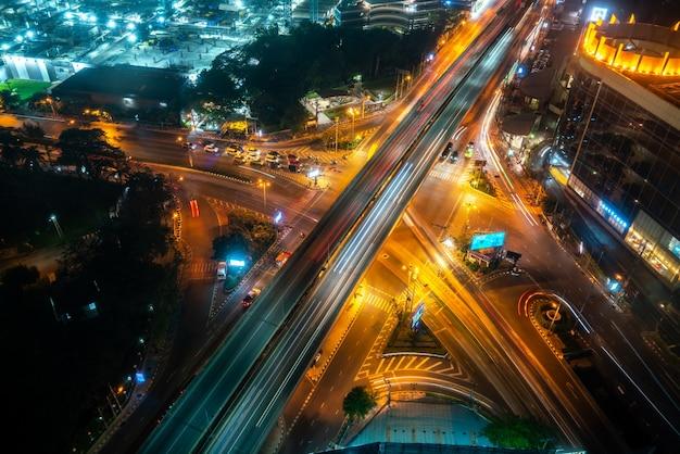 Entroncamento rodoviário movimentado no centro da metrópole à noite