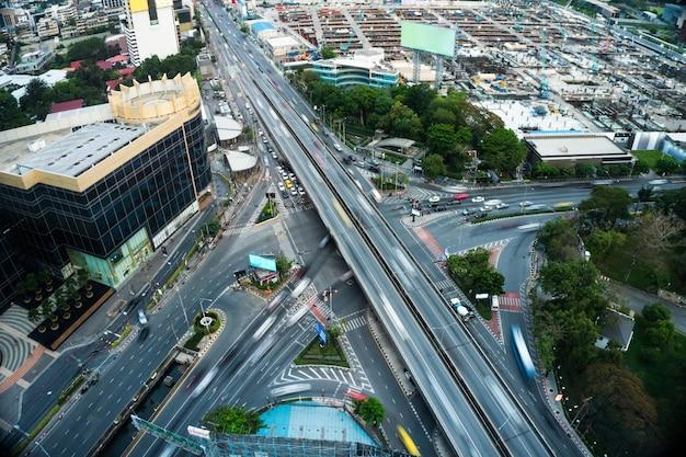 Entroncamento rodoviário movimentado no centro de metrópole