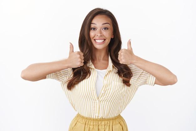 Entusiasmado, apoiador fofo namorada torcendo por você, mostrando polegares para cima e sorrindo otimista, animado encorajar amigo continue, torcendo pelo time favorito, aprovando escolha incrível, como uma ideia