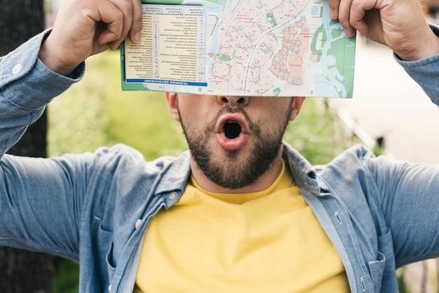 Entusiasmado homem segurando um mapa