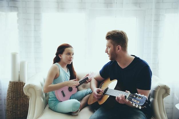 Entusiasmado pai solteiro e filha joga