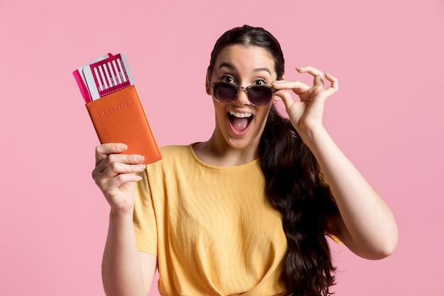 Entusiasta mulher segurando seu passaporte