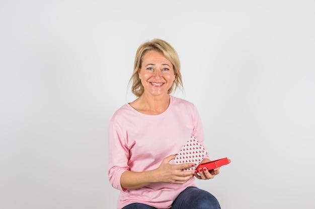 Envelhecido, mulher sorridente, em, rosa, blusa, com, caixa presente